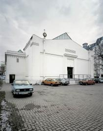 Roman Ond�k, SK Parking, 2001. Slovakian �kodas were parked behind the Secession building in Vienna for two months. Installation view: Secession, Vienna, 2001. � Roman Ond�k. Courtesy the artist